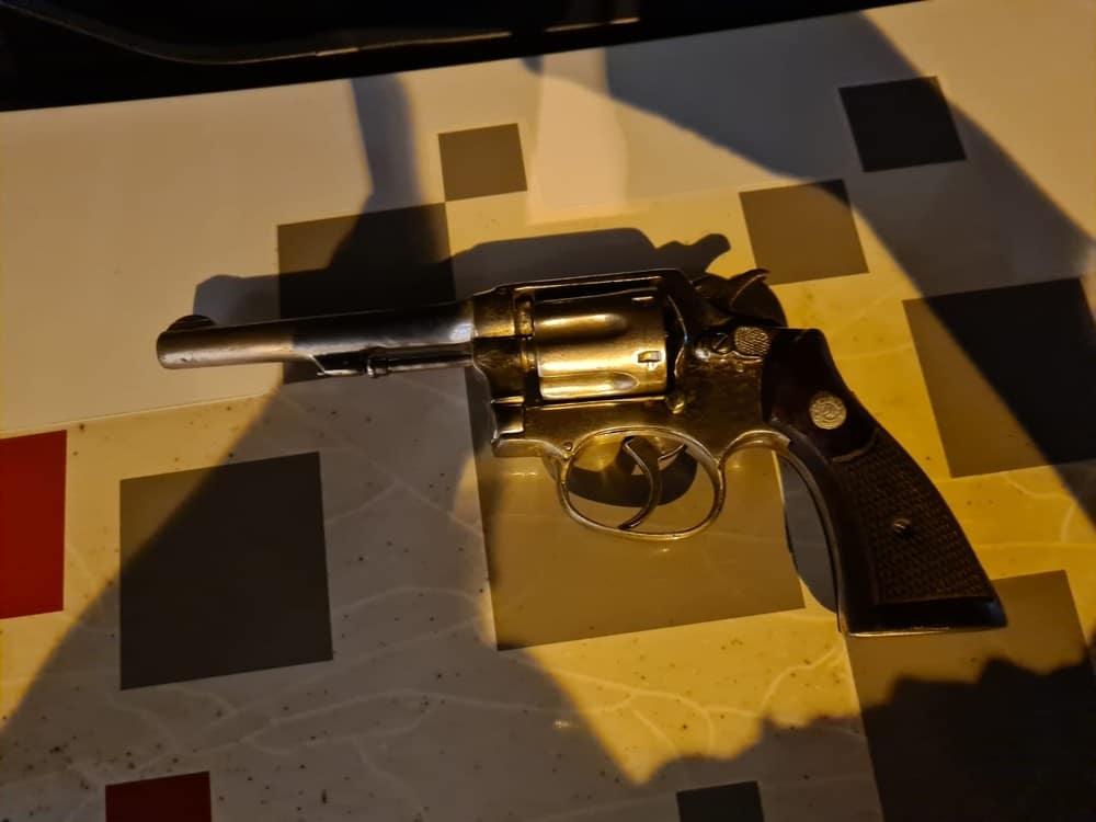 Polícia apreendeu arma de fogo com quadrilha suspeita de sequestrar empresário em Bastos (Foto: João Trentini/Divulgação)