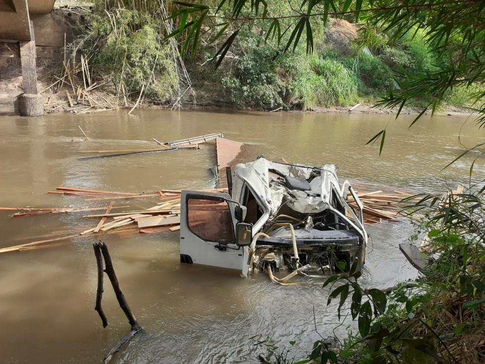 Bombeiros foram acionados após caminhão cair no Rio Peixe, entre Tupã e Quatá (Foto: Corpo de Bombeiros/Divulgação)