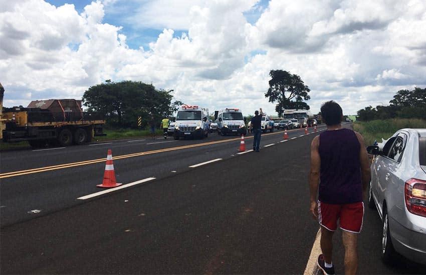 Carro e caminhão se envolvem em acidente na rodovia Paraguaçu/Assis (Foto: Samyr Soares)