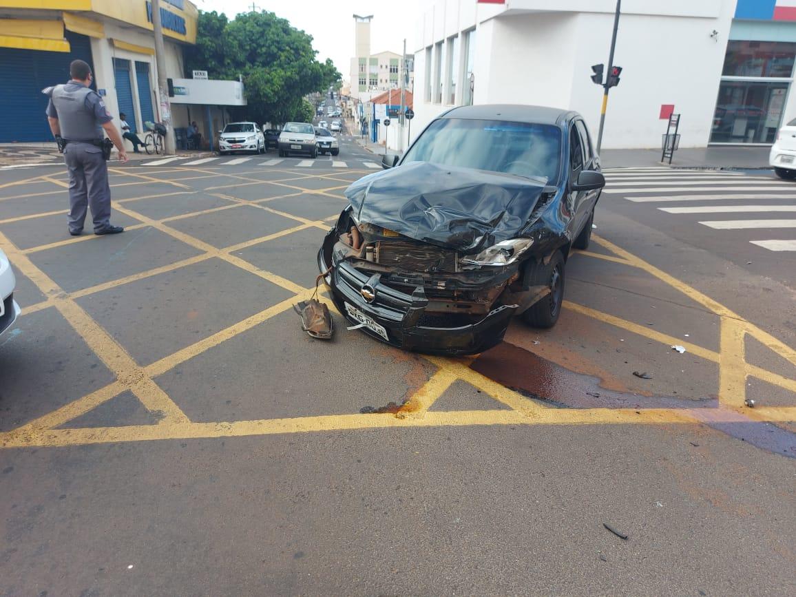 Motorista fica ferido após se envolver em acidente na Avenida Rui Barbosa em Assis (Foto: The Brothers/Cedida)