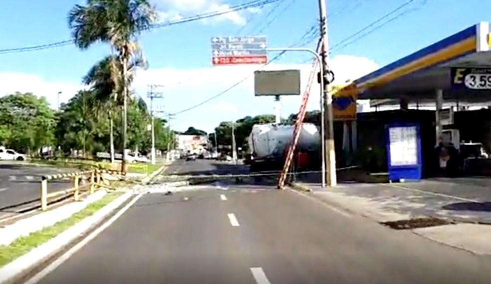 Caminhão-tanque perde freio durante descarga de combustível e atravessa avenida em Marília (Foto: Norton Emerson/Jornal da Manhã)