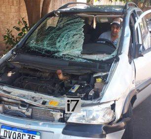 Veículo ficou danificado com a colisão (Foto: Manoel Moreno)
