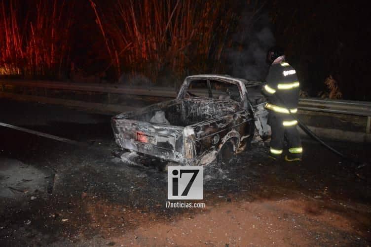 A Saveiro pegou fogo com o impacto da colisão