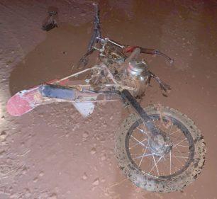 Motocicleta ficou destruída Imagens: (Foto: The Brothers)