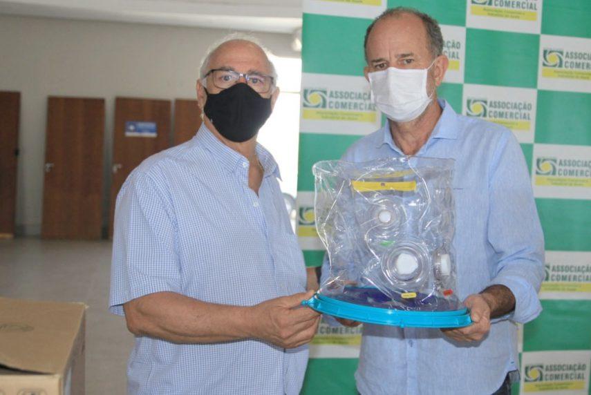 No dia 5 de abril, Nami Sabeh, da ACIA, entregou capacete ao prefeito José Aparecido Fernandes (Foto: Divulgação)