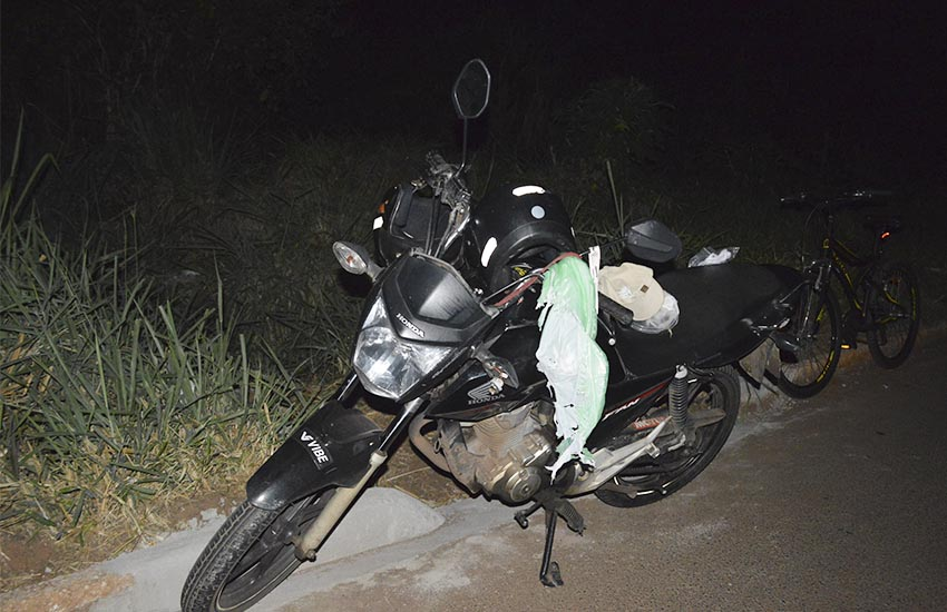 Motociclista e bicicleta colidiram na noite desta terça-feira, dia 27 (Foto: Manoel Moreno)