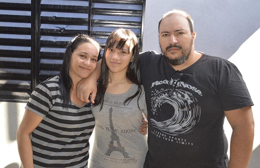 Laura com os seus pais, Fabiana e Edson (Foto: Manoel Moreno)