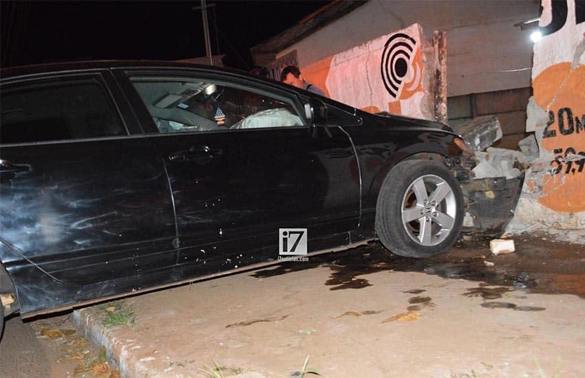 Veículo atravessou a rua e colidiu contra o muro (Foto: Manoel Moreno)