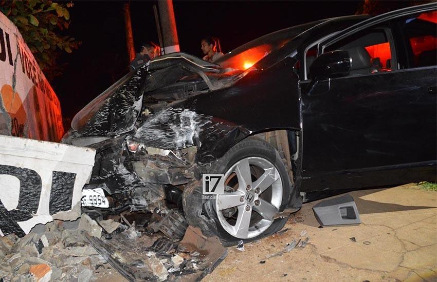 A parte frontal do veículo ficou destruída (Foto: Manoel Moreno)