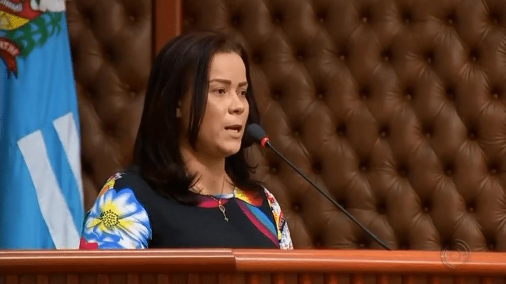 Ex-funcionária, Alessandra da Silva, foi ouvida durante uma sessão na Câmara de Assis (SP) — Foto: Reprodução/TV TEM