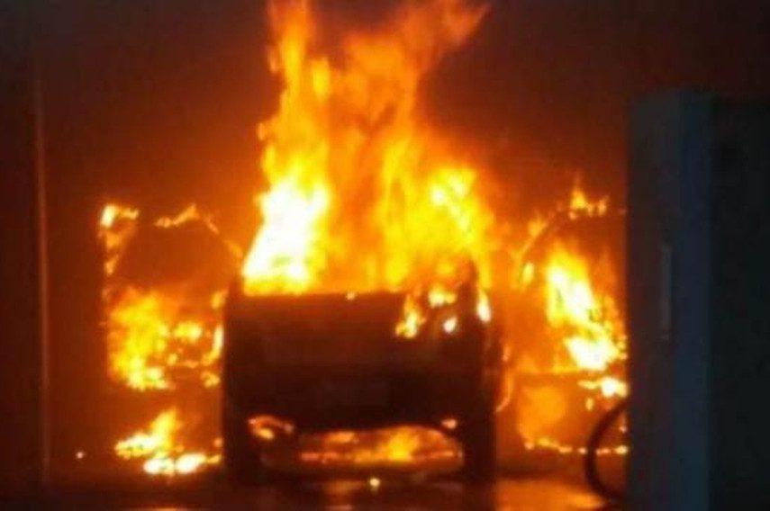 Incêndio atinge garagem e destrói veículos em Marília — Foto: Jornal do Ônibus/Divulgação