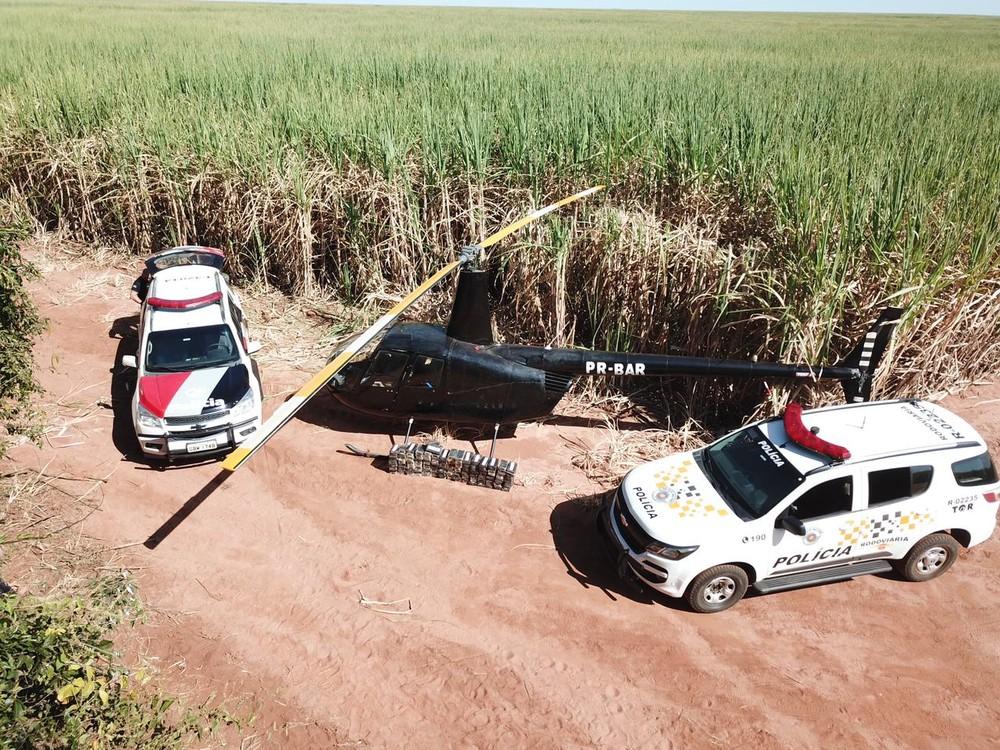 Polícia encontra mais de 100 tijolos de crack e cocaína em helicóptero em Paraguaçu Paulista — Foto: Polícia Militar/Divulgação
