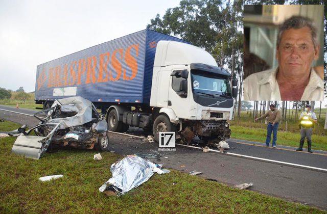 Acidente aconteceu na manhã deste sábado (12). O motorista do carro, Laércio Antonio de Souza, de 72 anos, morreu no local (Foto: Manoel Moreno)