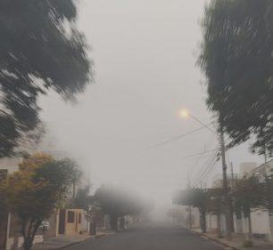 Casas e árvores 'desaparecem' com neblina (Foto: AssisNews)