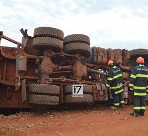 Desorientado, o motorista foi resgatado de dentro do cabine pelo Resgate do Corpo de Bombeiros (Foto: Manoel Moreno/i7 Notícias)