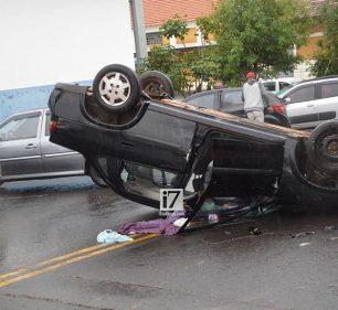 Veículo parou com as rodas viradas para cima (Foto: Manoel Moreno)