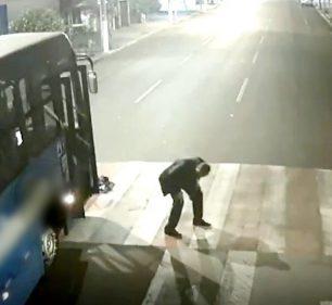 Motociclista bate em cruzamento e sai ileso debaixo de ônibus em Ourinhos; vídeo — Foto: Câmera de Monitoramento/Prefeitura de Ourinho/Reprodução