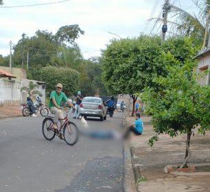 Barbeiro ficou caído em rua do bairro Jardim das Oliveira até ser socorridos pelo bombeiros; ele não resistiu aos ferimentos — Foto: Arquivo pessoal