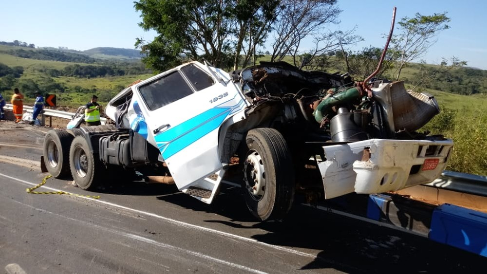 Carreta ficou destruída depois de capotamento em Echaporã (SP) — Foto: Claudio Farneres/ TV TEM