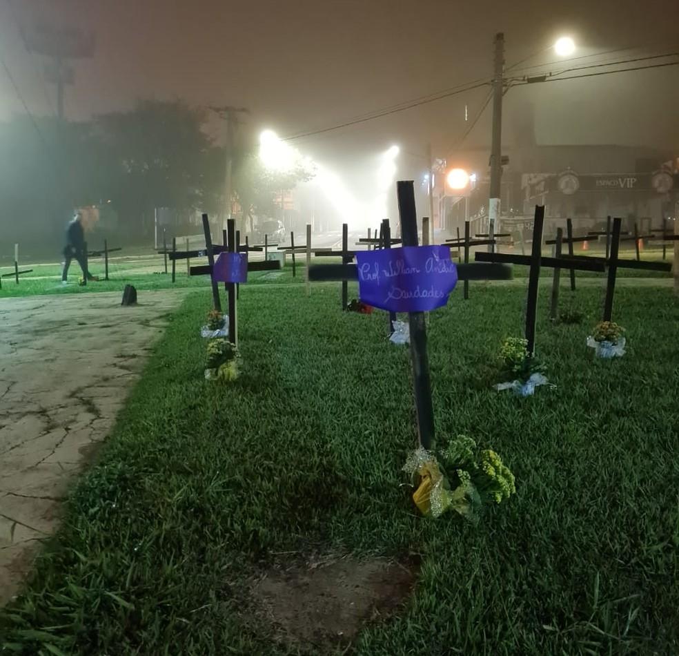 Familiares de vítimas da Covid-19 homenageiam parentes nas cruzes de intervenção em Assis (SP) — Foto: Karol Tedesque/ Arquivo pessoal