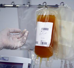 O plasma do sangue de um paciente recuperado da Covid-19 é visto no Centro Nacional de Transfusão de Sangue em Bagdá, no Iraque — Foto: Thaier Al-Sudani/Reuters