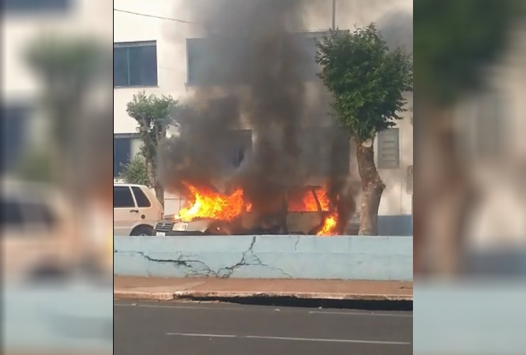 Carro em chamas no pátio da Prefeitura (Foto: Redes sociais)