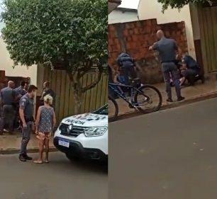 Imagens divulgadas na redes sociais mostram um policial agredindo um homem com um tapa na cara durante abordagem em Paraguaçu Paulista — Foto: Reprodução/ Redes Sociais