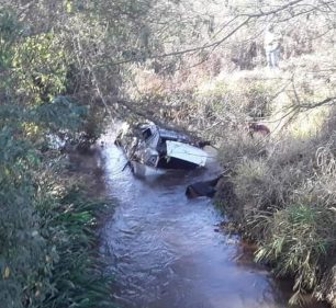 Homem morre após carro capotar e cair dentro de rio na região de Assis — Foto: The Brothers/Divulgação