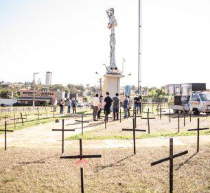 Cruzes foram retiradas da rotatória em Assis neste domingo — Foto: Marcela Cezar / Pinata Fotografia