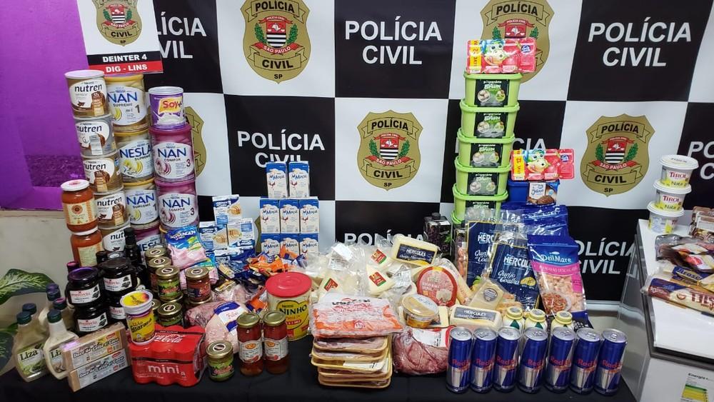 Mulher levava filha menor de idade para ajudá-la a esconder produtos em supermercados e depois buscá-los quando já estavam vencidos para não pagar por mercadorias — Foto: Polícia Civil/ Divulgação