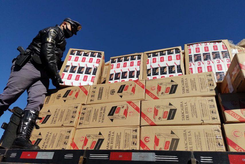 Caminhão com grande quantidade de cigarros sem nota fiscal é apreendido em Santa Cruz do Rio Pardo (SP) — Foto: Polícia Rodoviária Estadual/Divulgação