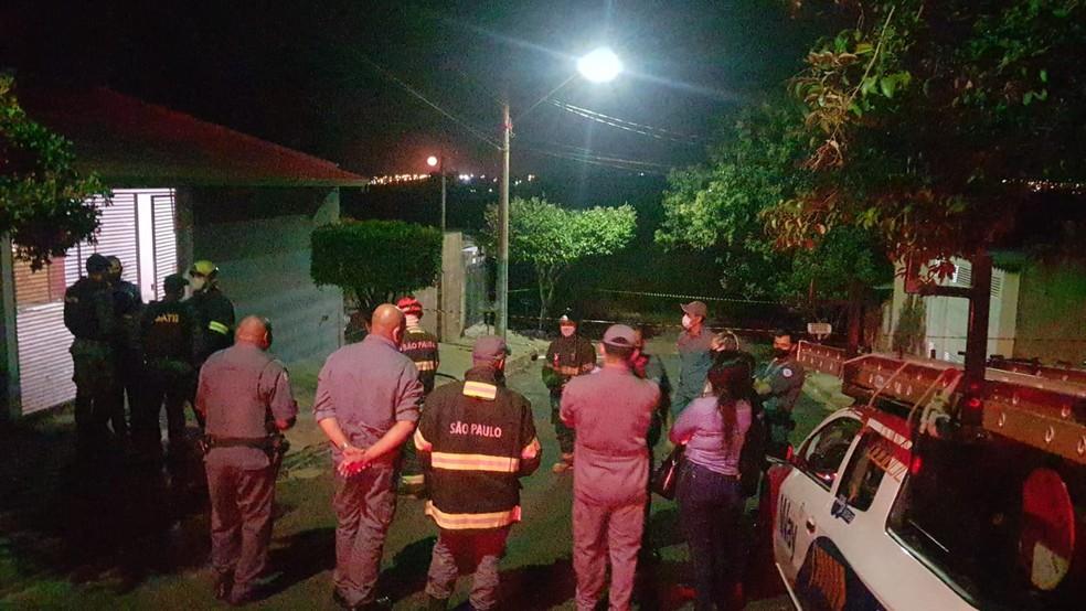 Equipe do GATE de SP vai detonar a granada encontrada em Marília (SP) por questões de segurança em um local distante das casas — Foto: Alcyr Netto/ TV TEM