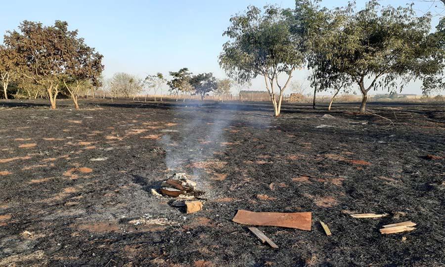 Incêndio atinge vegetação em Cândido Mota