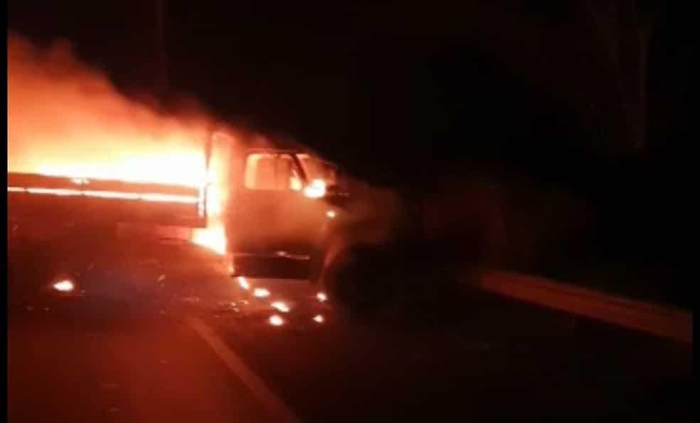 Criminosos atearam fogo em veículos para evitar que policiais cheguem ao local do ataque — Foto: Arquivo pessoal