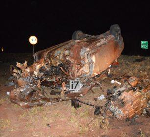 Veículo, com placas de Paraguaçu Paulista (SP), ficou destruído (Foto: Manoel Moreno)