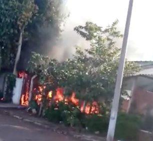 Bombeiros conseguiram controlar as chamas em imóvel no Parque Minas Gerais, em Ourinhos — Foto: Arquivo pessoal