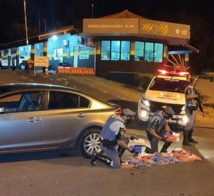 Tabletes de cocaína foram encontrados no tanque de combustível do carro abordado em Maracaí — Foto: Polícia Rodoviária/ Divulgação