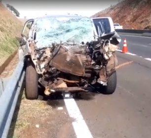 Motorista de carro morreu após bater na traseira de um caminhão-tanque na manhã deste sábado (31) na SP-255 em Santa Cruz do Rio Pardo (SP) — Foto: Reprodução/Redes sociais