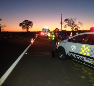 Homem foi flagrado embriagado após tombar moto em rodovia — Foto: Polícia Rodoviária