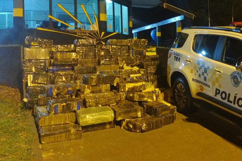 Polícia Rodoviária apreendeu mais de 2 toneladas de maconha na Rodovia Raposo Tavares, em Palmital (SP) — Foto: Polícia Rodoviária/Divulgação
