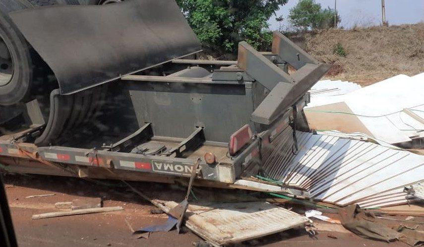Caminhão tomba em rodovia de Palmital — Foto: Arquivo Pessoal/The Brothers