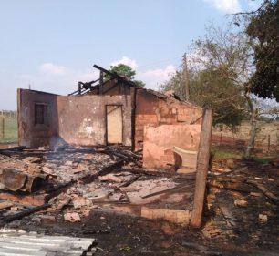Casa ficou destruída após incêndio em Santa Cruz do Rio Pardo — Foto: Arquivo Pessoal