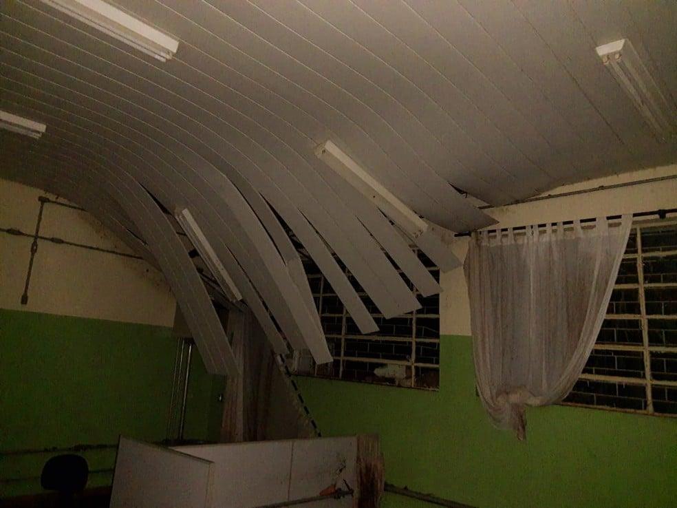 Parte da cobertura da escola foi danificada em Cruzália — Foto: Arquivo pessoal