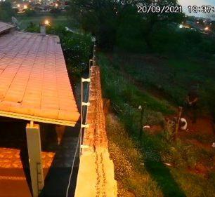 Foragido da Justiça é executado por PMs em Ourinhos — Foto: Reprodução/Câmera de segurança