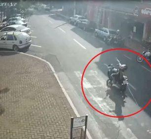 Câmeras mostram o momento exato em que cabo de rede elétrica solto atinge motociclista em Ourinhos (SP) — Foto: Circuito de segurança