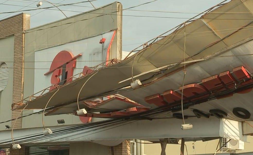 Outdoor de supermercado caiu após ventania em Bauru — Foto: Carlos Torrente/ TV TEM