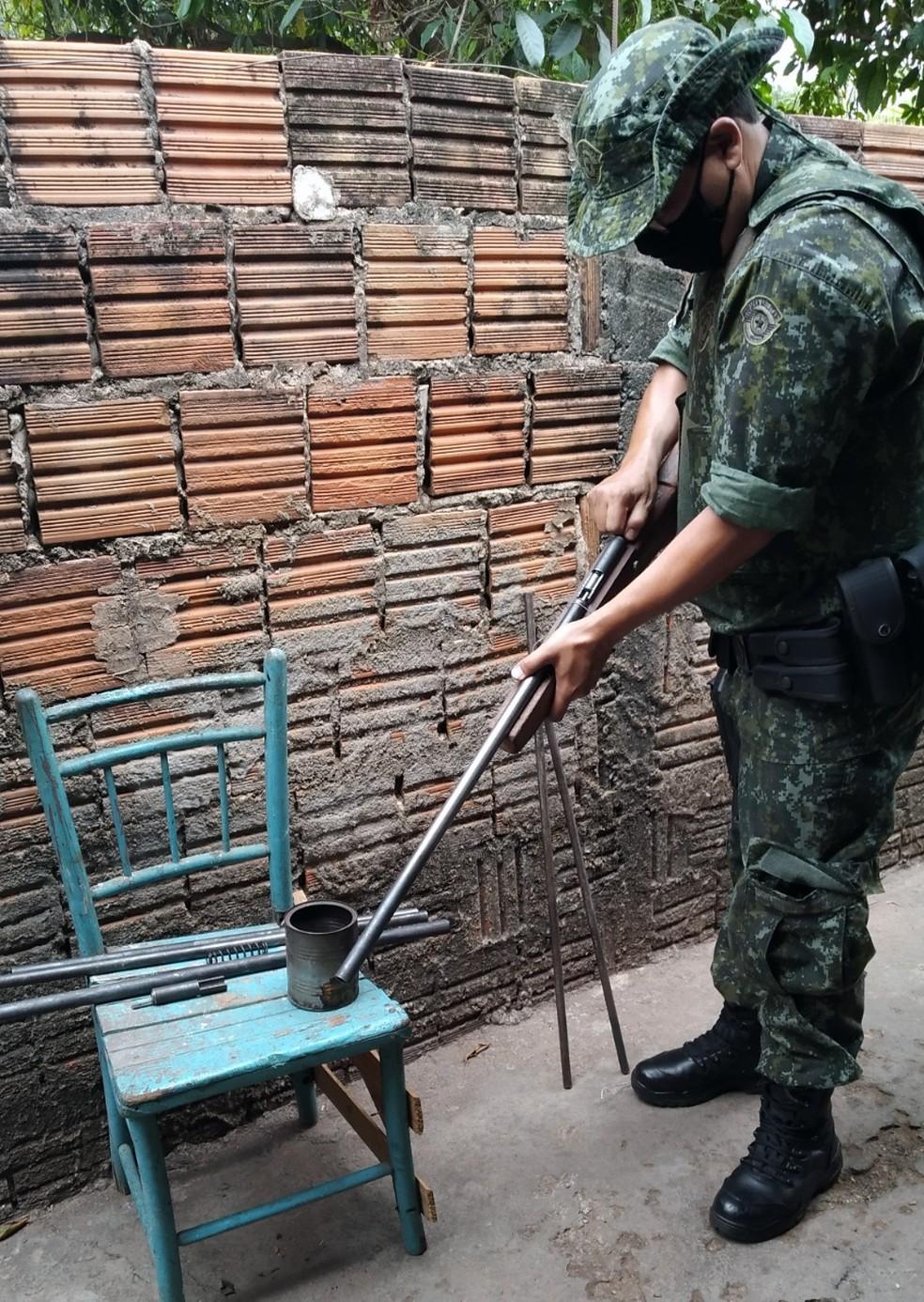 Espingarda foi achada pela Polícia Ambiental na casa de homem em Tupã (SP) — Foto: Polícia Ambiental/ Divulgação