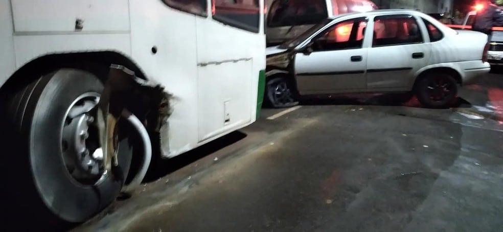 Carro ficou com a roda danificada e também atingiu um ônibus que estava estacionado — Foto: IBTV Santa Cruz/Reprodução