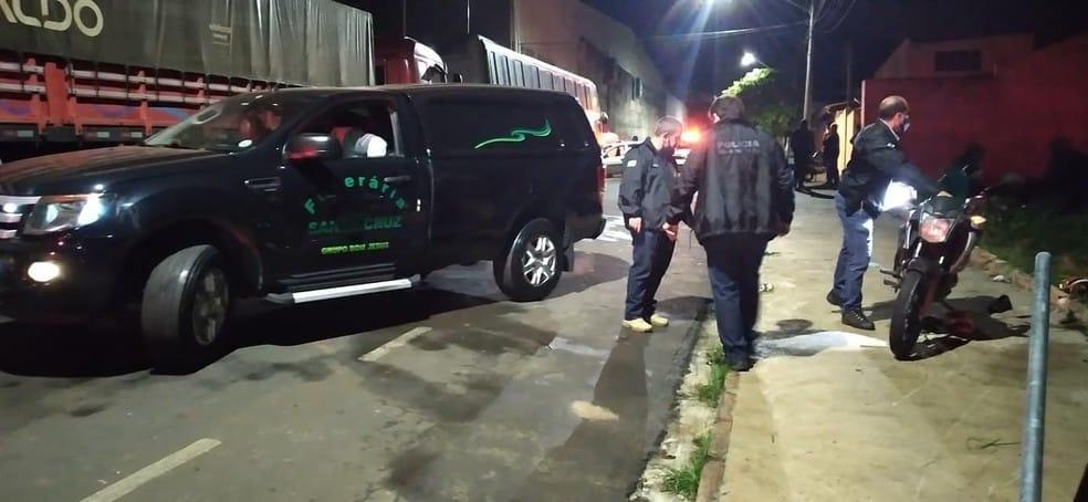 Entregador morreu no local do acidente, na região central de Santa Cruz do Rio Pardo — Foto: IBTV Santa Cruz/Reprodução
