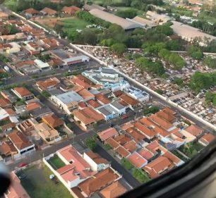 Equipe de concessionária sobrevoa região atingida por temporal que deixou cidades sem energia no centro-oeste paulista — Foto: Energisa/Divulgação